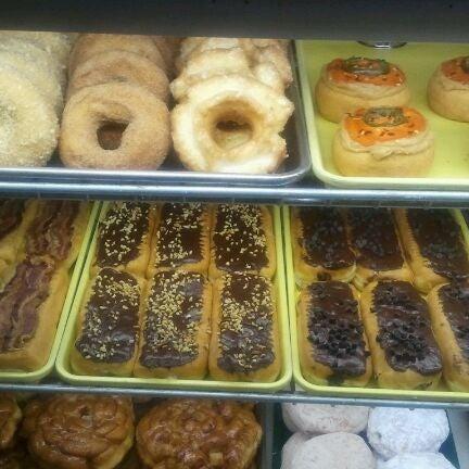 2/14/2012にJoe W.がCops & Doughnuts Bakeryで撮った写真
