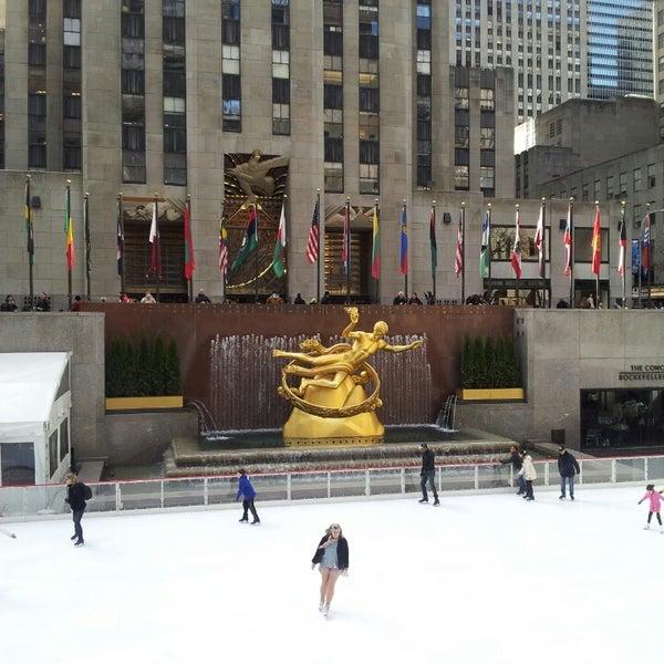Das Foto wurde bei The Rink at Rockefeller Center von Rex E. am 4/2/2013 aufgenommen