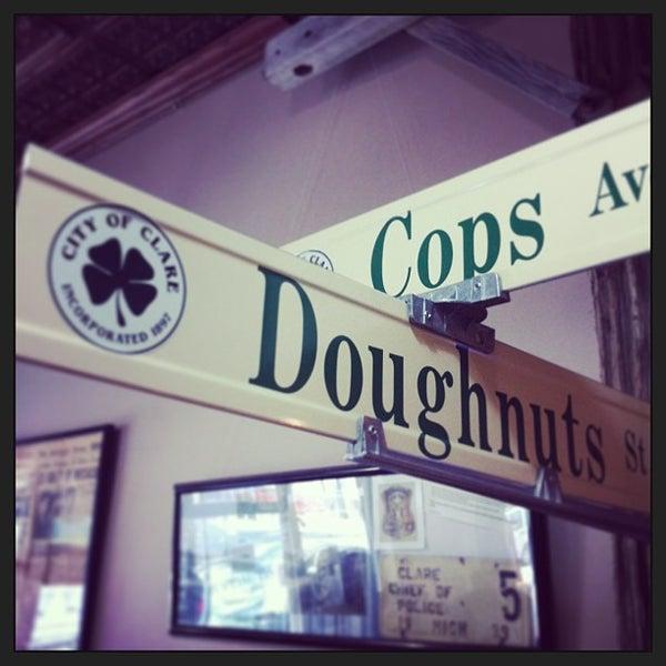 รูปภาพถ่ายที่ Cops & Doughnuts Bakery โดย Gregory A. เมื่อ 9/8/2013