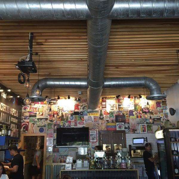 8/19/2017 tarihinde Aptravelerziyaretçi tarafından Doggi's Arepa Bar'de çekilen fotoğraf