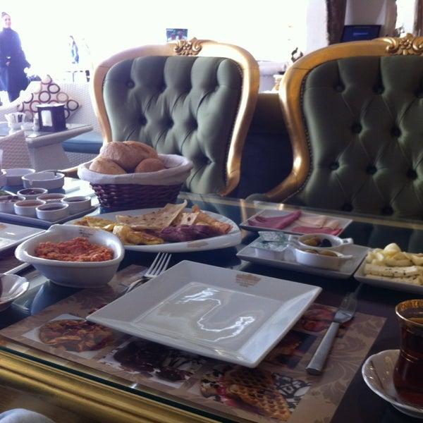 3/9/2013 tarihinde Atalay V.ziyaretçi tarafından Palace Cafe Restaurant & Bowling'de çekilen fotoğraf