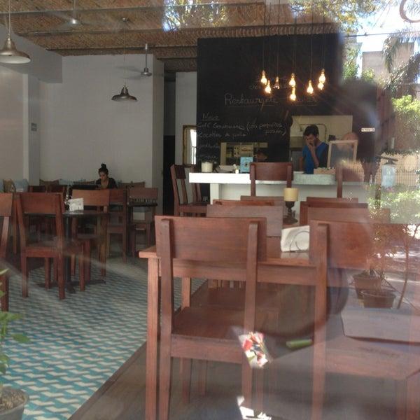 Foto diambil di Chez Chouchou oleh Fernando R. pada 1/9/2013