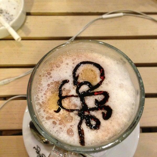 Foto tomada en Del Moon Coffee & Food & Hookah por Murat G. el 2/1/2013