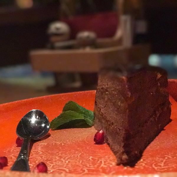 Шоколадный торт: слишком густой, слишком сладкий, на мой вкус - как будто бисквит с джемом. Вкус вроде как апельсин- меня не вдохновил.