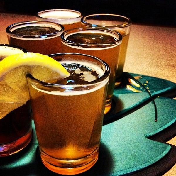 รูปภาพถ่ายที่ Hop Valley Brewing Co. โดย Sara S. เมื่อ 12/27/2012