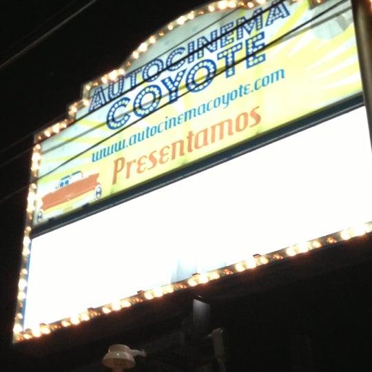 รูปภาพถ่ายที่ Autocinema Coyote โดย José P. เมื่อ 12/16/2012