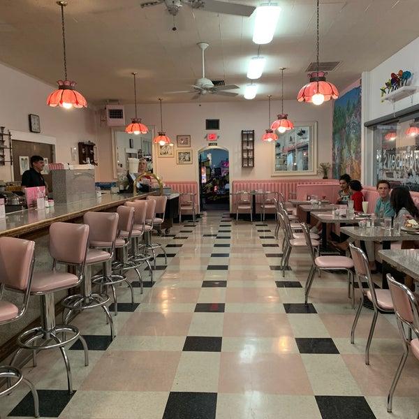 Снимок сделан в Sugar Bowl Ice Cream Parlor Restaurant пользователем Angela L. 10/17/2019