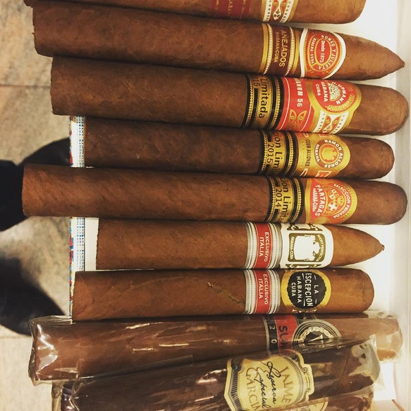 Photo prise au Cigars and Co par Fabrizio C. le12/15/2015