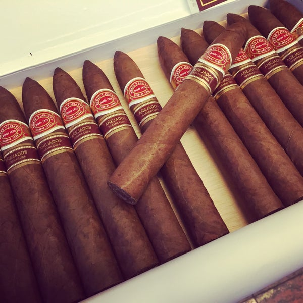 Photo prise au Cigars and Co par Fabrizio C. le7/16/2015