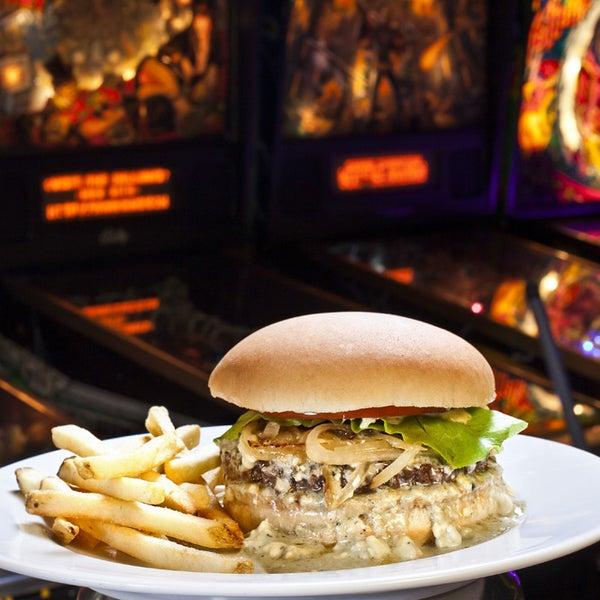 10/16/2014 tarihinde Rock 'n' Roll Burgerziyaretçi tarafından Rock 'n' Roll Burger'de çekilen fotoğraf
