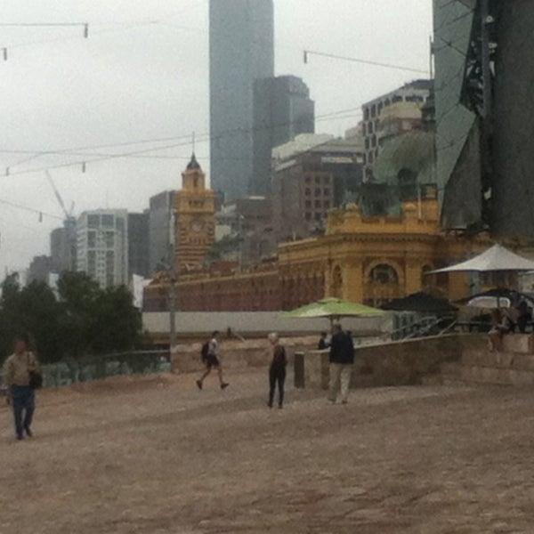 รูปภาพถ่ายที่ Federation Square โดย Elise H. เมื่อ 2/20/2013