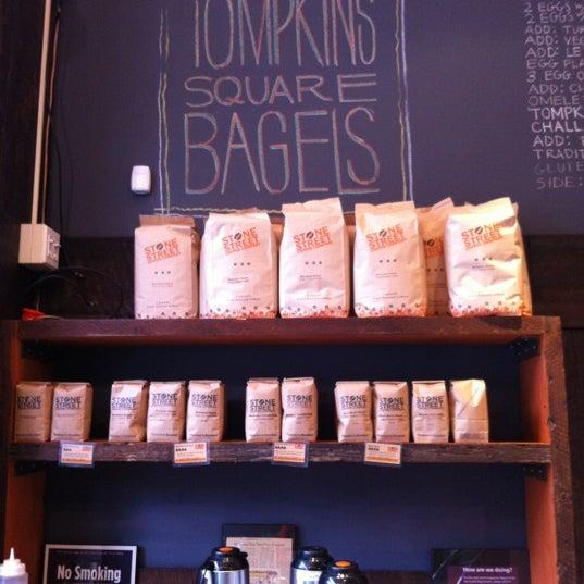 2/5/2013 tarihinde Steve L.ziyaretçi tarafından Tompkins Square Bagels'de çekilen fotoğraf