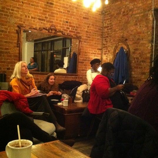 Das Foto wurde bei Lenox Coffee von Zanalee Z. am 11/30/2012 aufgenommen