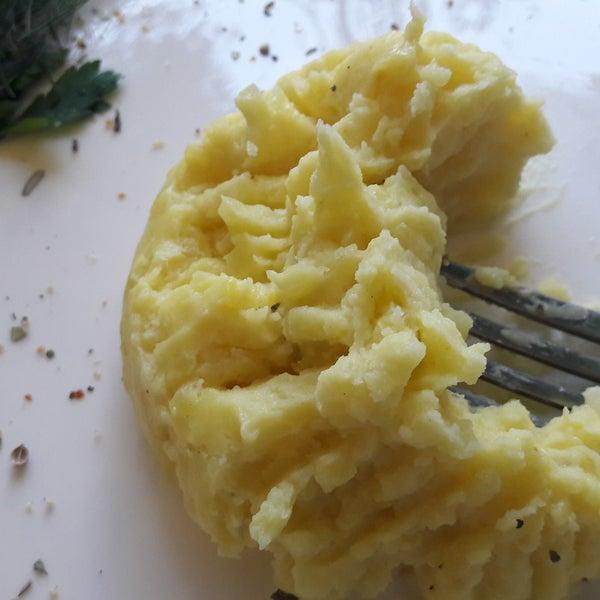 Официантка адекватная и приятная. Смогла принять заказ на английском языке. Но, качество еды - отвратное. Пюре с комочками и невероятно солёное. Сыр в лаваше - сьедобный, но ничего особенного. 👎