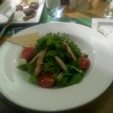 tavuklu salata diye gelen kücücük solgun ve baygin marul yığını.gordugum en ozensiz salatayi gustaviada yedik.