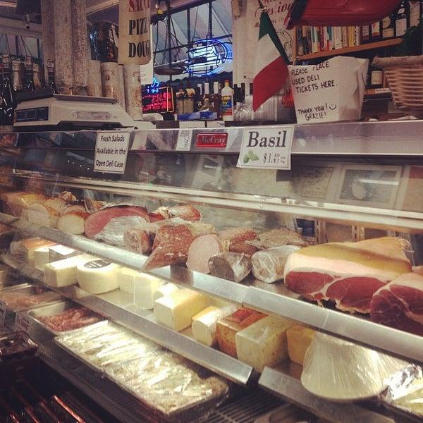 Das Foto wurde bei Mona Lisa Italian Restaurant von Jennifer J. am 10/30/2012 aufgenommen