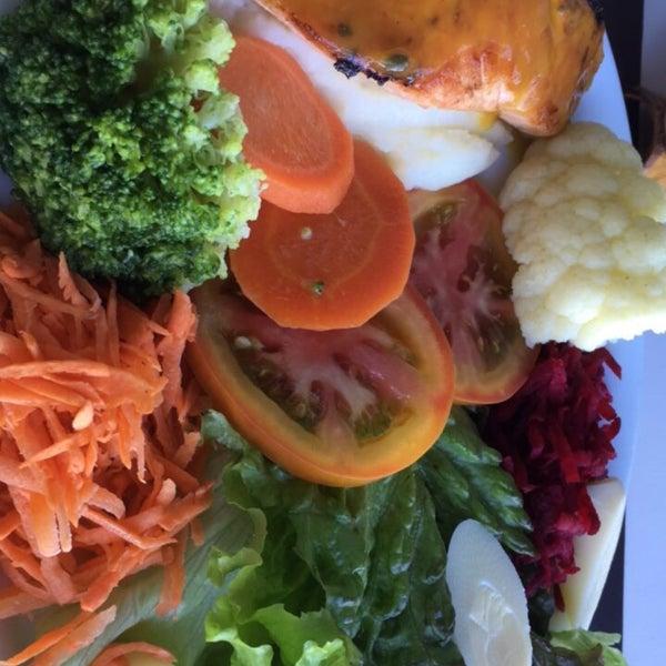 Salmão ao molho de maracujá com legumes, salada e purê de batatas! Muito bom e bem servido! 💕🙏🏼
