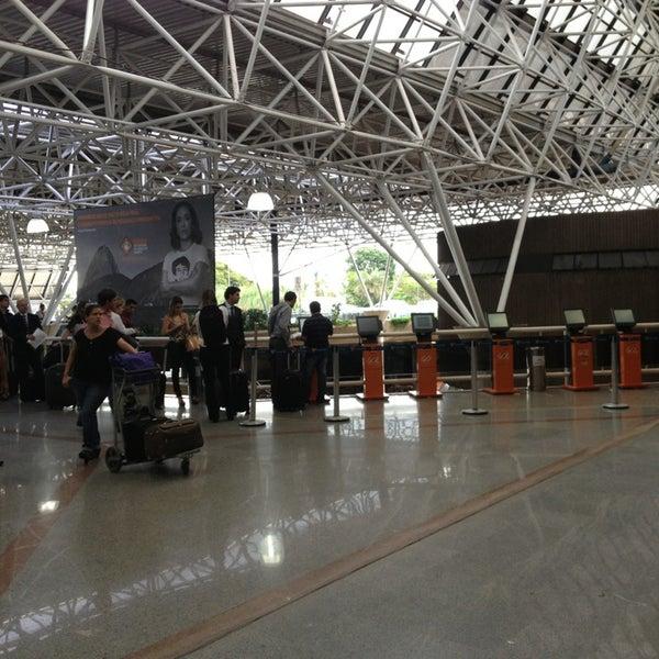 Foto tomada en Aeropuerto Internacional de Brasilia Presidente Juscelino Kubitschek (BSB) por Gabe B. el 3/21/2013