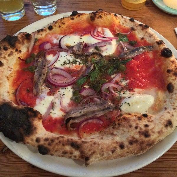 Meine Pizzacrew und ich haben sie gefunden: die wohl beste Pizza in Berlin! ❤️ OnTop: Den Belag kann man selbst kombinieren! Meine Lieblingskombi ist Anchovis mit Kapern und Büffelmozzarella..nomnom..