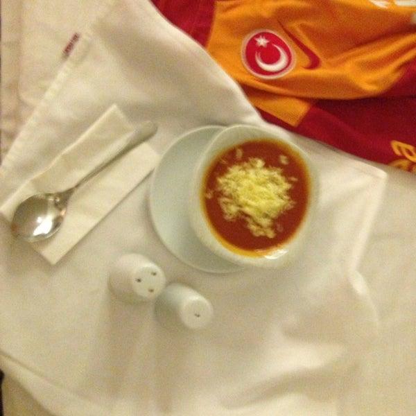 Das Foto wurde bei Grand Hotel Gaziantep von Arda Adil Ö. am 2/10/2013 aufgenommen