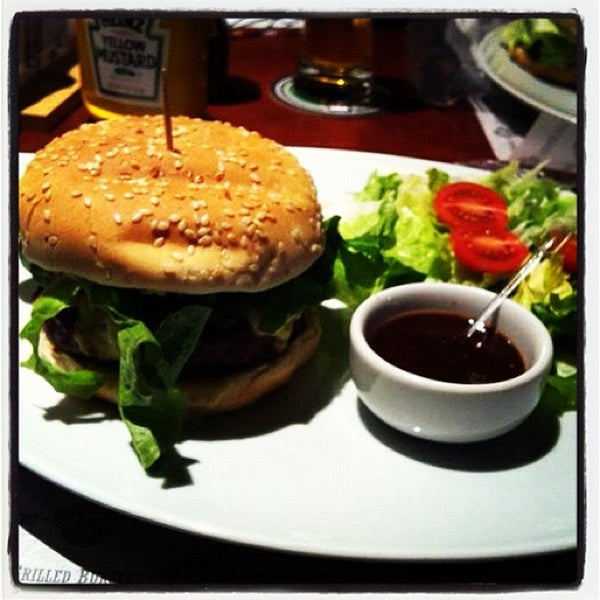 Foto tomada en JPL Burgers por RAFFCorp el 11/21/2012