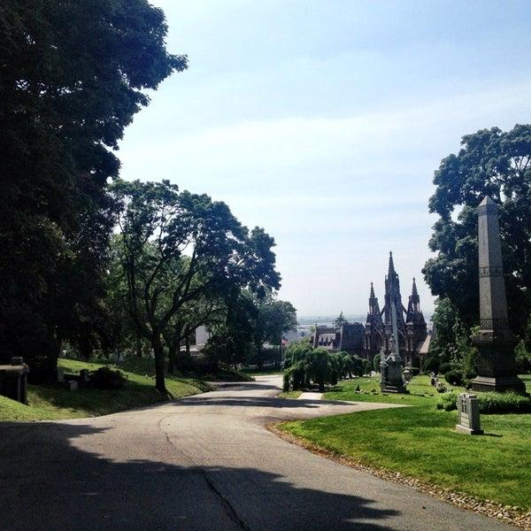 Foto tomada en Green-Wood Cemetery por Ryan W. el 6/22/2013