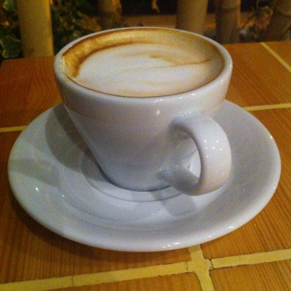 Geçtiğimiz aylarda açılan, uğrama fırsatını yeni yakaladığım kahvecide, yeni akım olan Flatwhite'ı denedim. Fincanlar sütlü kahvelerin sunumu için çok ufaktı. Kahve:10/3 Mekan:10/7 İlgi&alaka:10/6