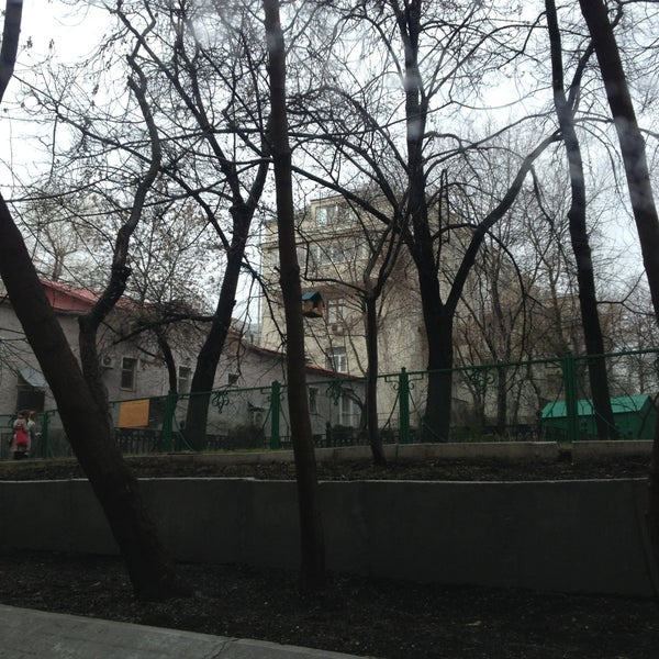 Das Foto wurde bei Сад им. П. И. Травникова von Andrey E. am 4/28/2013 aufgenommen