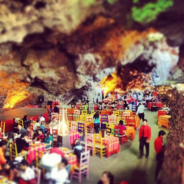 Foto tomada en La Gruta Restaurant por Edgar G. el 2/3/2013