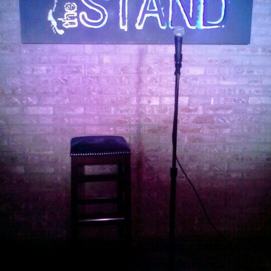 รูปภาพถ่ายที่ The Stand Restaurant & Comedy Club โดย Sara เมื่อ 10/25/2012