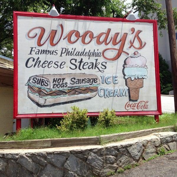 Foto scattata a Woody's Famous CheeseSteaks da Justin il 7/8/2013