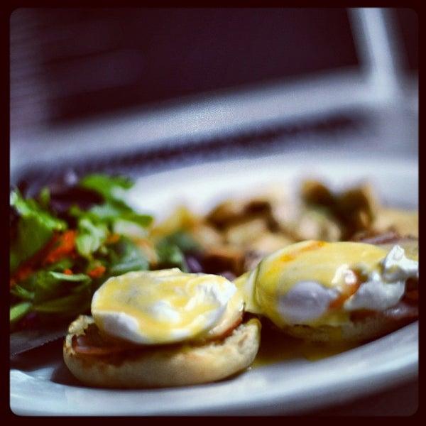 Foto diambil di Subeez Cafe Restaurant Bar oleh Evan H. pada 9/24/2012