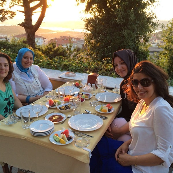 Foto scattata a Desde Cafe & Restaurant da Emel B. il 7/9/2014