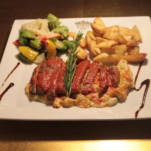 8/30/2014 tarihinde Palace Cafe Restaurant & Bowlingziyaretçi tarafından Palace Cafe Restaurant & Bowling'de çekilen fotoğraf