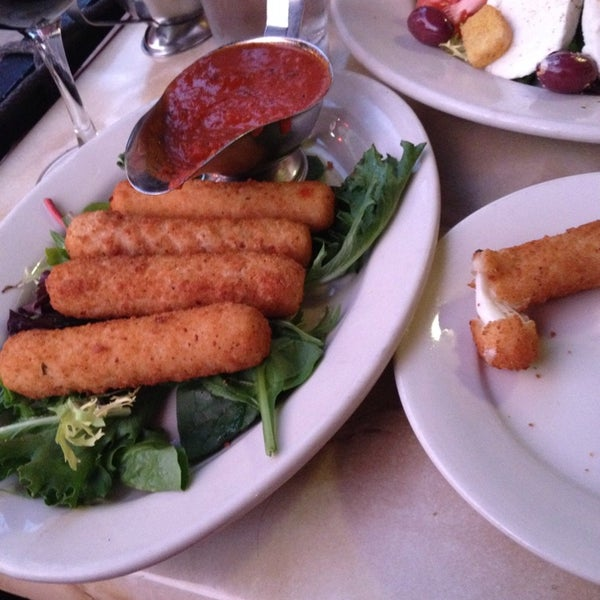 Das Foto wurde bei Lasagna Restaurant von Dee J. am 9/9/2014 aufgenommen
