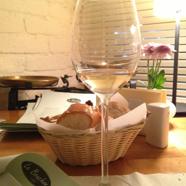 Photo prise au Le Bouchon Café par Jenya P. le8/17/2013