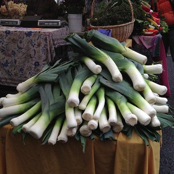 Photo prise au Ballard Farmer's Market par Andi S. le4/21/2013