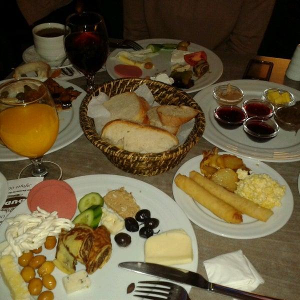 Foto tomada en Dudu Cafe Restaurant por Özlem G. el 3/17/2013