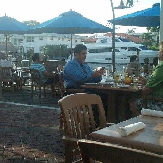 Photo prise au Bimini Boatyard Bar & Grill par Lawrence W. le4/24/2013
