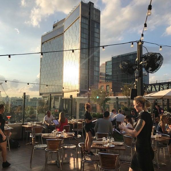 Das Foto wurde bei STK Rooftop von Karen K. am 7/5/2018 aufgenommen