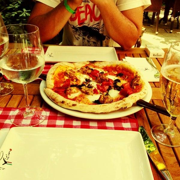 Das Foto wurde bei Il Vicino Pizzeria von Лиза Р. am 8/25/2013 aufgenommen