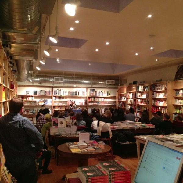 Das Foto wurde bei BookCourt von ᴡ B. am 4/3/2013 aufgenommen