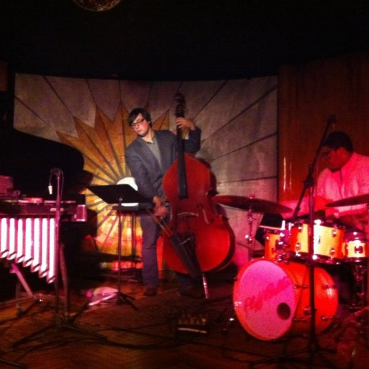 Photo prise au Cliff Bell's par AJ D. le10/13/2012