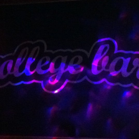 Foto diambil di College Bar oleh Berenice D. pada 11/23/2012