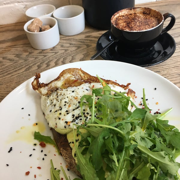 The avocado toast with fried eggs is absolutely fantastic! Same goes for the coffee. However, the place is always very busy, so it's best to go at 'unpopular' times!