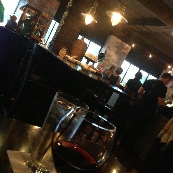 6/1/2013 tarihinde Adam F.ziyaretçi tarafından Urban Eatery'de çekilen fotoğraf