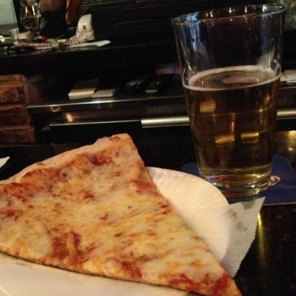 Foto scattata a The Pizza Pub da Steph R. il 8/9/2014