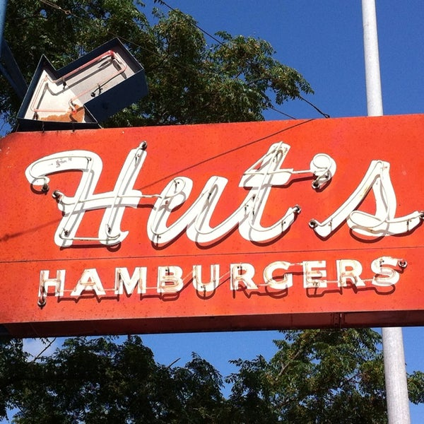 Foto tirada no(a) Hut's Hamburgers por Suzanne E. em 8/28/2013