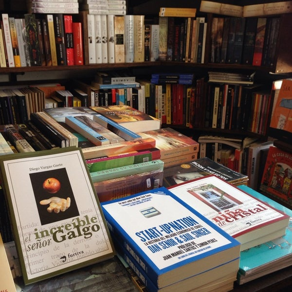 9/4/2014에 Flaca Leigh L.님이 MásKe Libros에서 찍은 사진