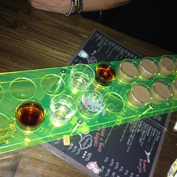 รูปภาพถ่ายที่ Up Shot Bar โดย Erdi ® เมื่อ 2/23/2013